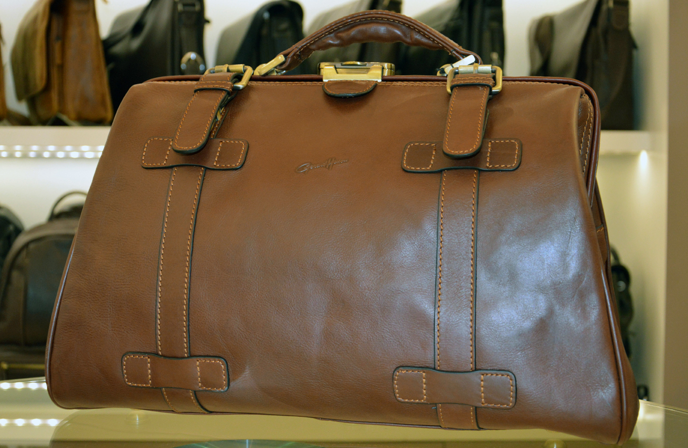 319fa2342dd5 Esprit vintage avec ce sac Diligence en cuir de vachette gras Gérard Hénon,  ligne Renaissance